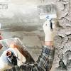 Как полностью и быстро смыть старую побелку с потолка и стен своими руками